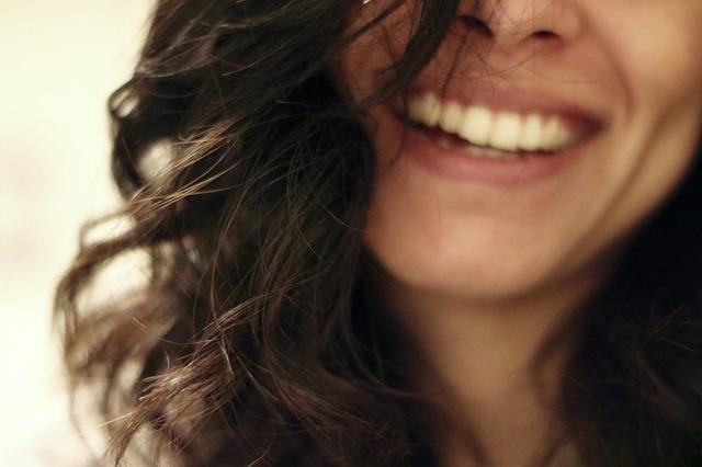 あつこお姉さん歯が白すぎる理由は?歯並びもキレイな秘密を徹底調査!